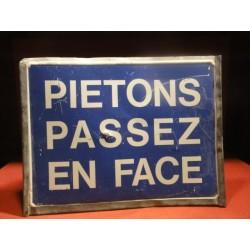 TOLE  PIETONS  PASSEZ EN FACE  33CM X25CM